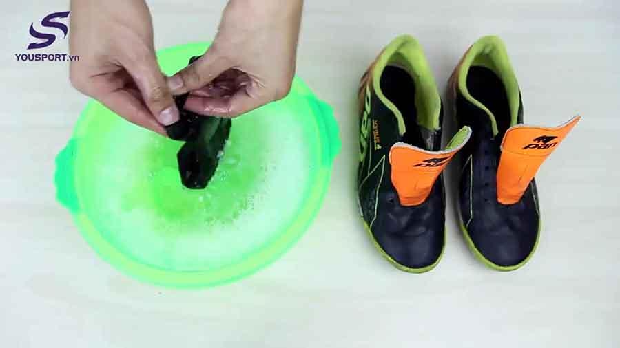 cách vệ sinh giày đá bóng & cách bảo quản giày đá bóng