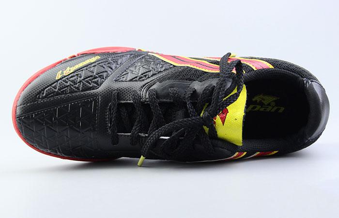 chọn giày bóng đá có kích thước