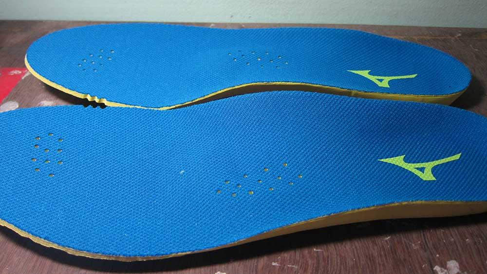 khắc phục giày bóng đá bị rộng bằng miếng lót