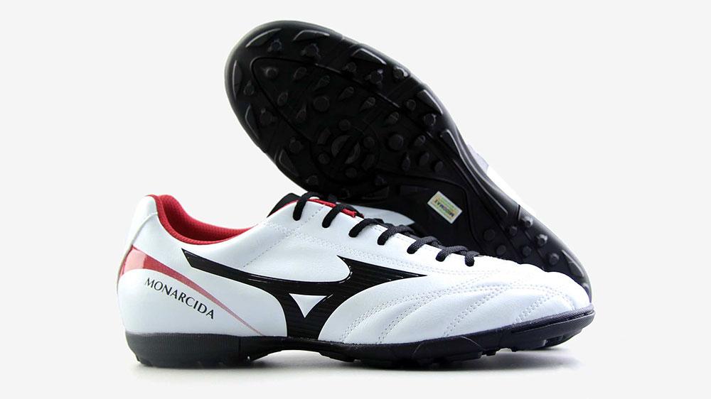 chân bè đi giày đá bóng nào